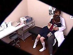 colegiala de la trenza tiene una digitación médico caliente y bangi
