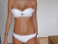 Подиум - красивая русская девушка в нижнем белье и на каблуках