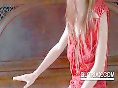 Sexig Gloria gnuggar fitta med underkläder från eldstad