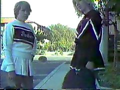 De dos cheerleaders azotados