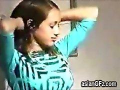 Verbluffende Aziatische vriendin tapes zichzelf uitvoeren hete striptease