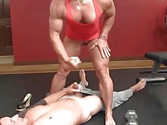 mulher muscular puxa para cima seu mini vestido e passeios