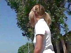 Blonde anale op bus