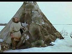 Loiro escuro Man alemão e menina Sibirian russo precisa de amor