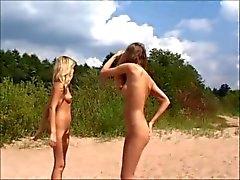 Naken Teens spela hos stranden av jojg0308