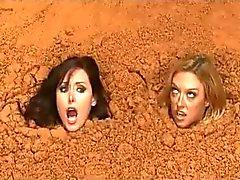 Два Обнаженные Busty женщин в Quicksand