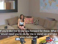 FakeAgentUK Creampie para el babe rumano follado sobre el escritorio en la fundición