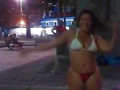 Maluquinha dinha danse dans la petite place de bon voyage