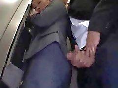 Officelady betast en geneukt in lift