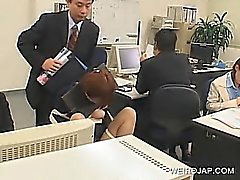 Япончик офис детка связаны к креслу и ударил по на работу