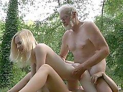 Oldman pénètre les deux petits trous en forêt