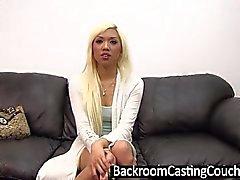 Heiße blonde asiatische Arschfick und Creampie