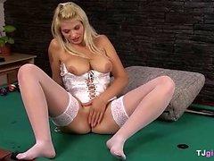 Busty Blonde visar hennes vagina
