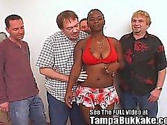 Do pintainho do gueto agrade Multidão de White Pênis