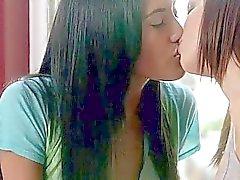 Jovens lesbiana a quente que lambem eo de tesoura