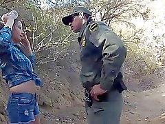 Mexikanskt Border Patrol Hämtar ett behandla