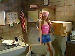 Naughty brunette secretaresse krijgt gehamerd door de baas op het bureau