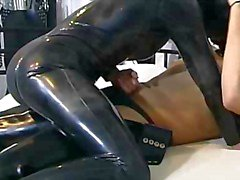 Duitse amateur paar in rubber en latex ... BMW