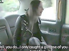 Housewife córneo fodida por do driver fraudes no backseat
