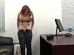 Redhead Katie Auditions für Backroom Casting Couch