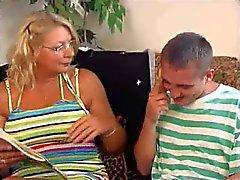 Jonge geschikte jongen grote lul neukt oma op de bank