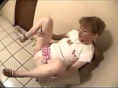 oude hoer laat haar fuck gaten filmen in de gevangenis cel - deel 1