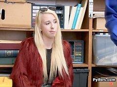 Alegre rubia atrapada y follada en la oficina de LP