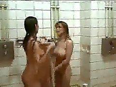 Film met harige meisjes in douche .