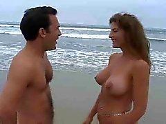 Mulheres maduras , com peitos enormes fodendo na praia