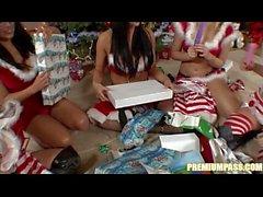 Битони - Обмен подарками у новогодней елки !