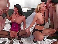 2 Hot Duitse girlzz op gangbang sperma feest
