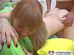 Pelle e ossa teenager che a connettore Irina