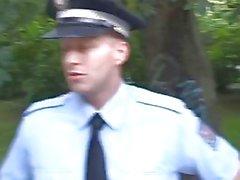 Brutalidad policial: Poli obliga a una chica a la mierda Para mantenerse fuera de problemas