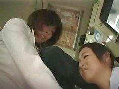 Mère et la fille maltraité dans un bus