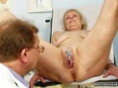 Lääkäri väärinnaispuolinen mummo