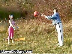 Speelse tiener plaagt een oudere man