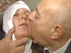 Italiensk Latina Nunnan misshandlad av Dirty Old Mannen