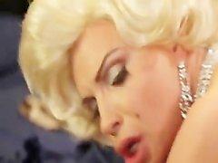 Diamanten Foxxx kleidet sich und wird auf ihrem grosses Bett gefickt zu
