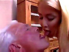 Подростков медсестры дает Старый человек хорошее проверить