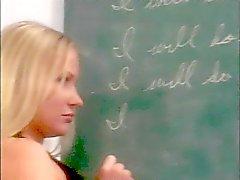 Geile leraar spanks een sexy cheerleader