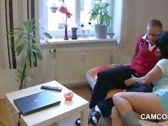 La maman allemande séduira le jeune garçon à la baiser quand elle est seule à la maison