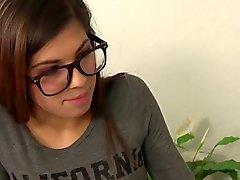 Petite adolescente con gafas follada