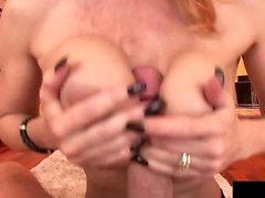 Janet Mason madura pelirroja es follada en su enorme rack