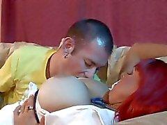 Roodharige verpleegster Whitney Wonders serveert haar tieten en haar quim