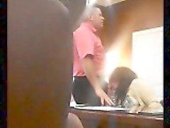 câmera escondida pega uma senhora madura sacanagem chupando um pau