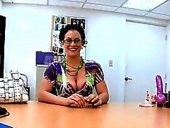 Hottie está consiguiendo terriblemente mojada de su entrevista lujuriosa