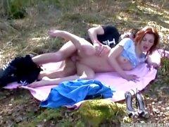 Nuori amatööri pari vitun ulkona metsässä