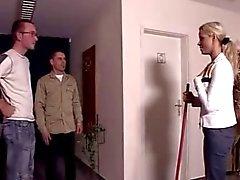 Duitse slet geneukt door twee jongens
