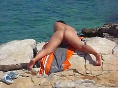 Namorada se masturbando na praia