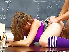 Natuurlijke tieten schoolmeisje neukt de nieuwe man